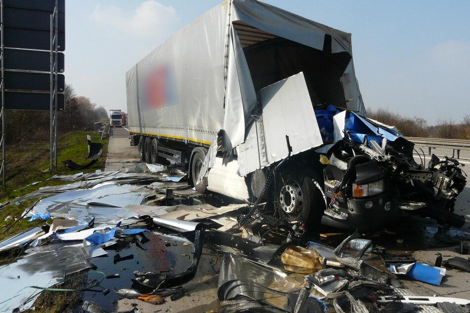 Unfall A2: Fahrerhaus von Sattelzug abgerissen! A2 nach krassem Unfall gesperrt