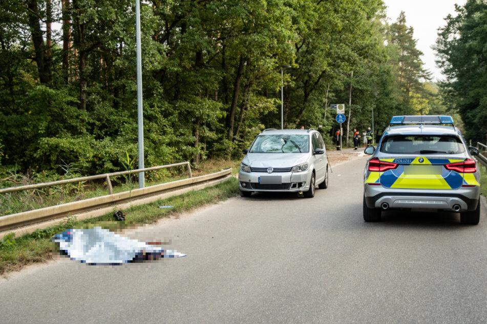 Ein tragischer Einsatz für die Rettungskräfte: Die Leiche der Frau liegt an der Unfallstelle.