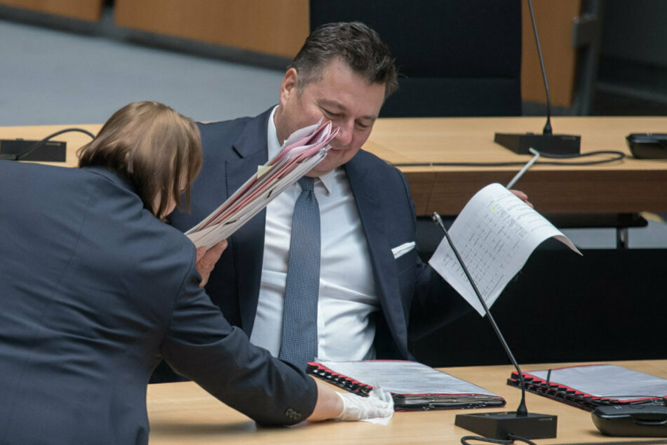 Der Tisch von Andreas Geisel (SPD), Innensenator, wird vor dem Beginn der Plenarsitzung im Berliner Abgeordnetenhaus gereinigt.