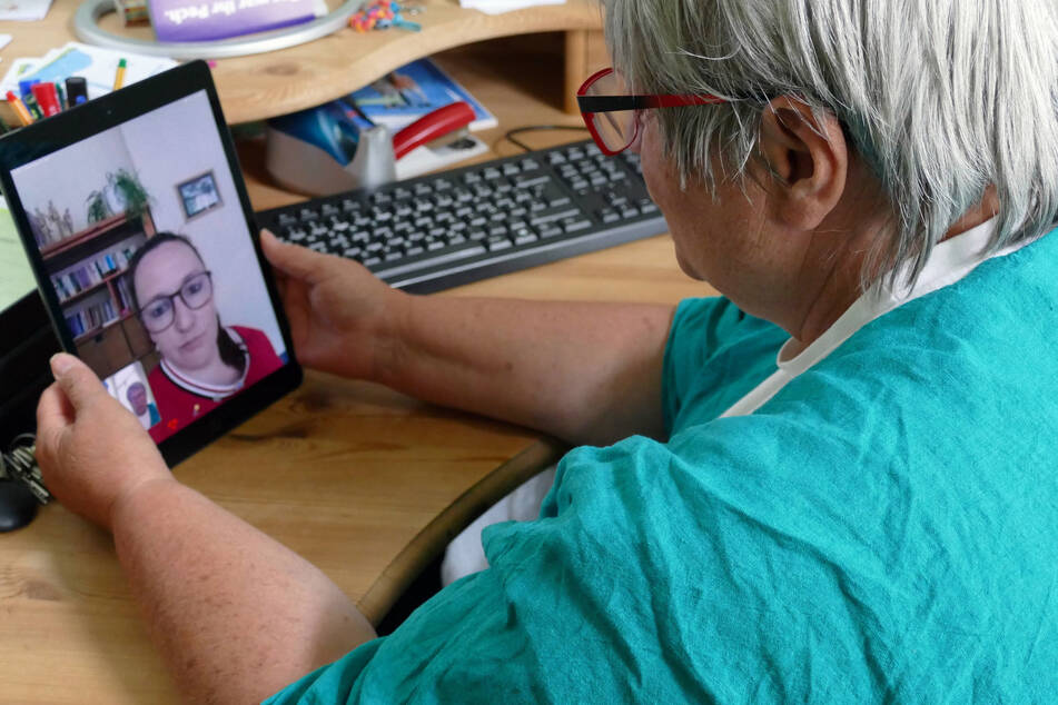 Annette Buschmann spricht per Video-Chat auf einem neuen Tablet mit einer Hilfesuchenden.