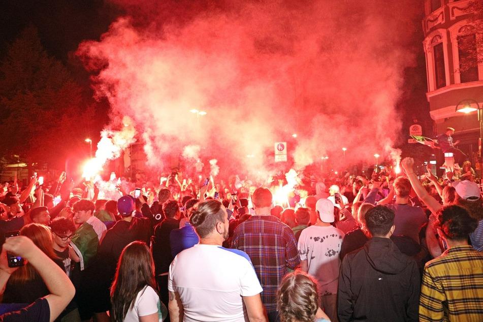 In Solingen haben Italien-Fans mit Bengalos den EM-Sieg ihrer Nationalmannschaft gefeiert.