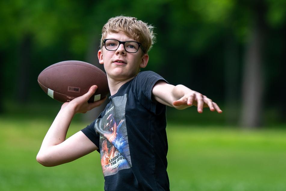 Das trockene Wetter und die mild-sommerlichen Temperaturen luden ein: Lenny spielte im Küchwaldpark American Football.