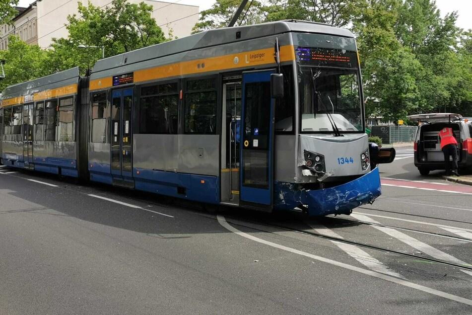 Die Straßenbahn wurde beschädigt und konnte zunächst nicht weiterfahren. Die Leipziger Verkehrsbetriebe haben Umleitungen für die betroffenen Linien eingerichtet.