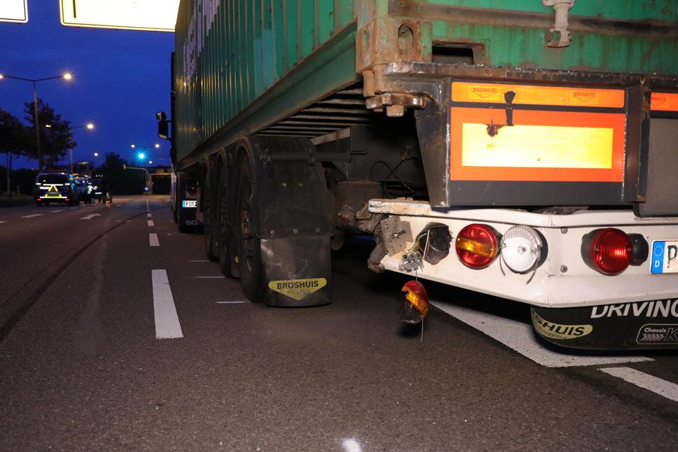 Die Rückseite des Sattelschleppers. Hinten links war er deutlich vom Unfall gezeichnet.