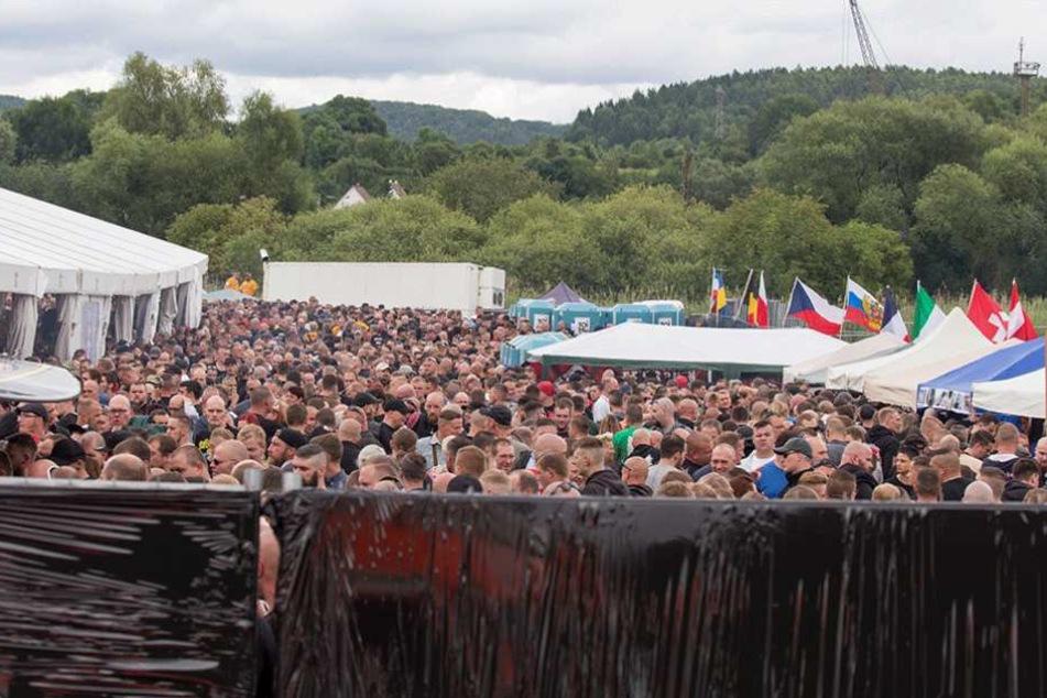 Ein Blick auf das Konzertgelände zeigt, wie viele Neonazis nach Thema gekommen sind.