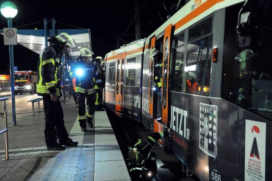 Die Feuerwehr wurde gerufen, um die Stadtbahn wieder auf die Schienen zu setzen.