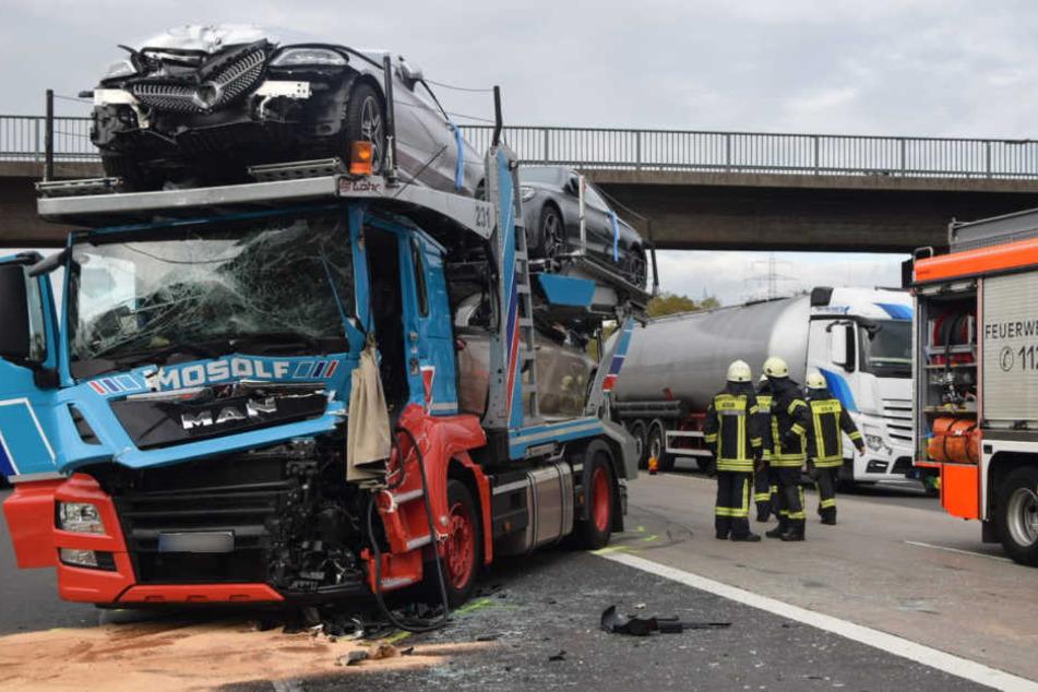 Der Autotransporter wurde bei dem Aufprall stark beschädigt.