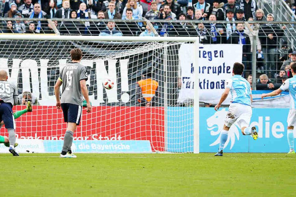 Philipp Steinhart (Nummer 36) lässt FSV-Keeper Johannes Brinkies beim Elfmeter keine Chance.