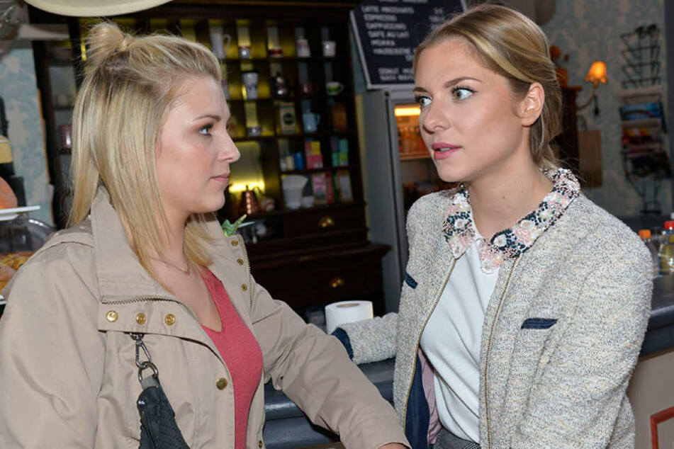 Lilly (Iris Mareike Steen, l.) und Sunny (Valentina Pahde) machen sich Sorgen um Chris (Eric Stehfest).