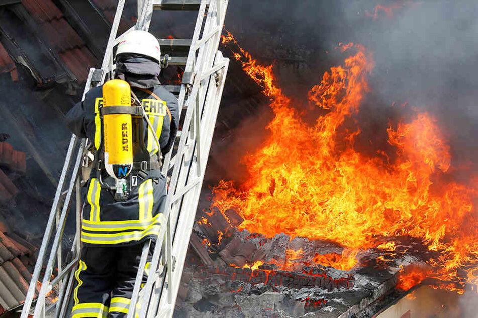 Das Feuer griff schnell auf das Dach des Nachbarhauses über. (Symbolbild)