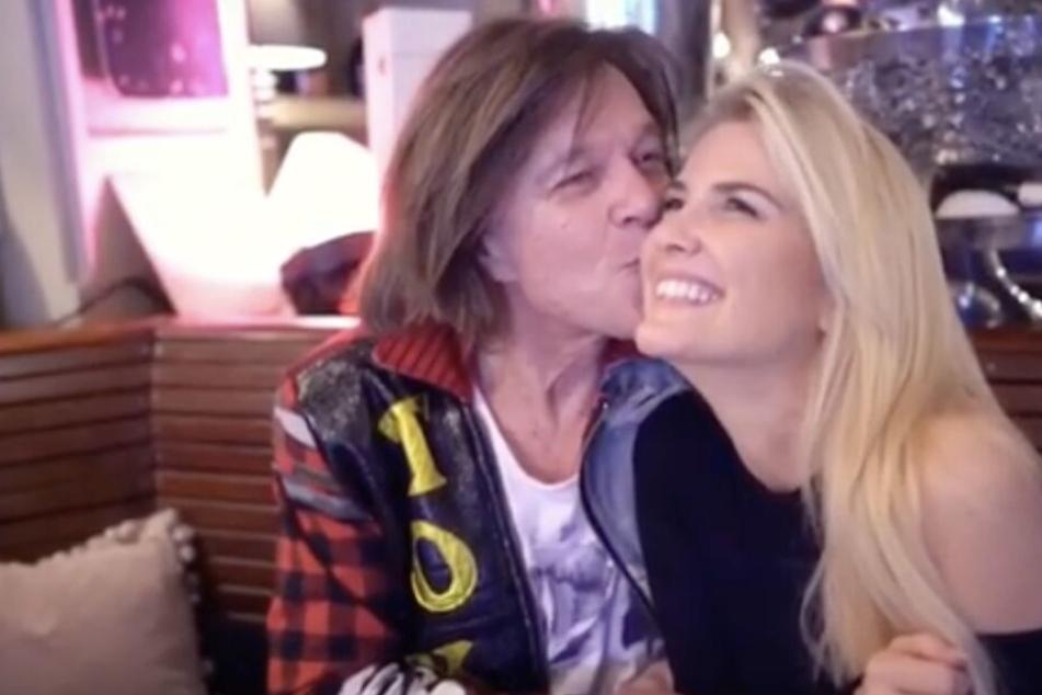 Welcher hübschen TV-Blondine gibt Jürgen Drews denn hier ein Küsschen?