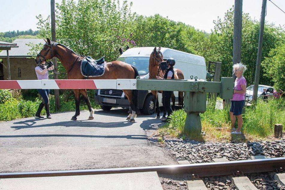 Eine Familie lebt an Sachsens nervigstem Bahnübergang