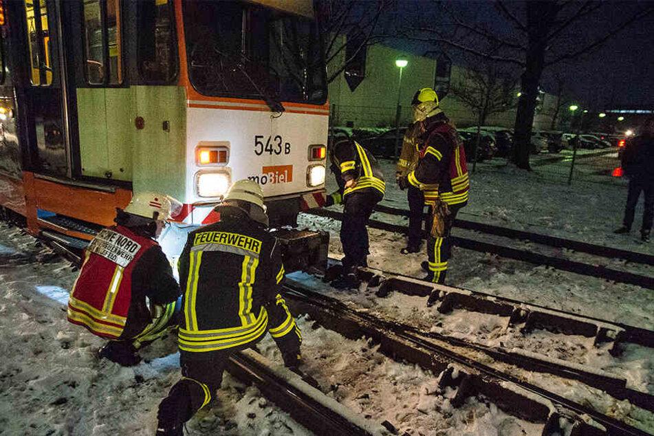 Die Feuerwehr begutachtet die entgleiste Bahn.