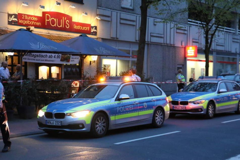Die Polizei am Freitagabend am Tatort nach dem Leichenfund.