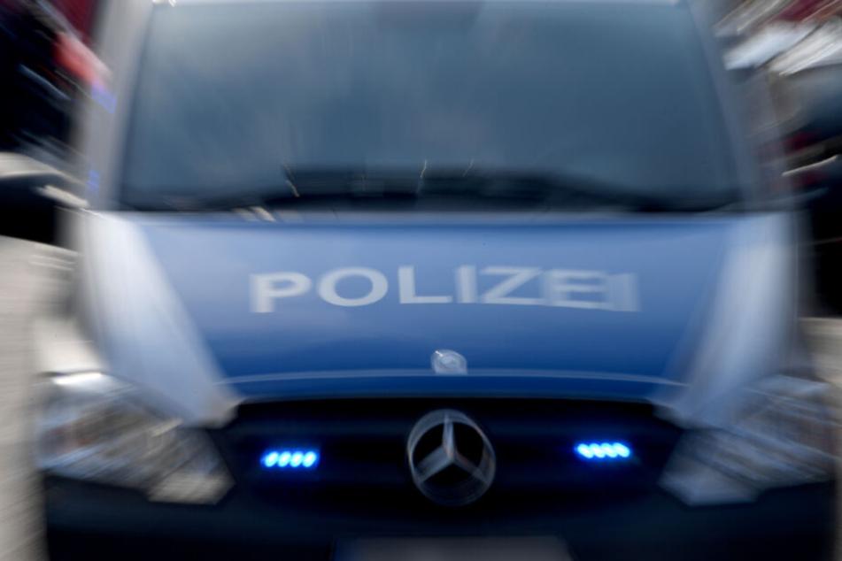 Mit einem Großaufgebot ist die Polizei im Einsatz (Symbolfoto).
