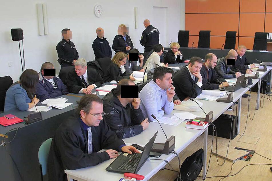 Großes Aufgebot am Montag im Landgericht: Sechs Angeklagte, sieben Verteidiger und vier Dolmetscher.