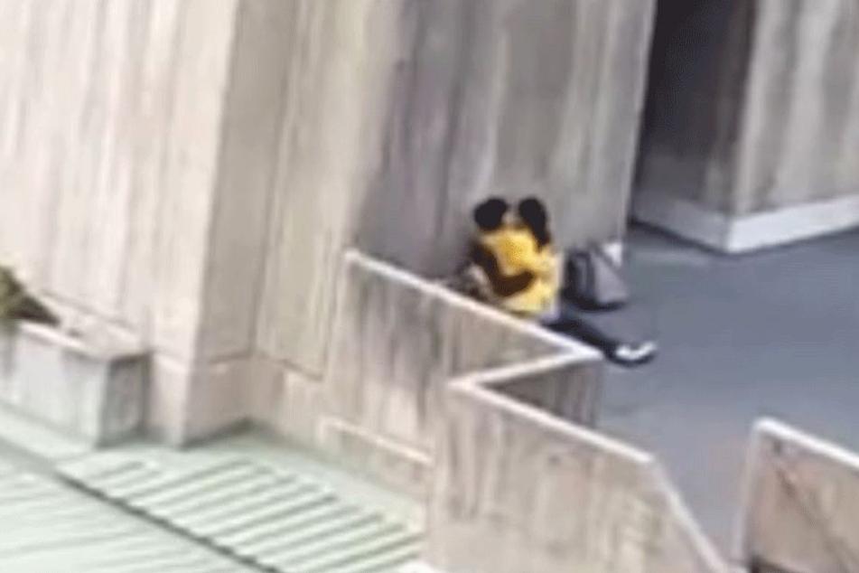 Eine Person filmte sie aus weiter Entfernung.