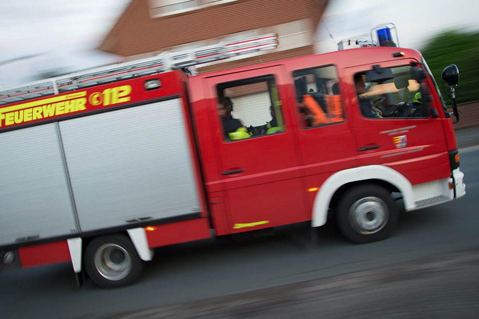 In Grünau ist die Feuerwehr im Einsatz: In einer Wohnung eines Mehrfamilienhauses kam es am Donnerstagabend zum Brand. (Symbolbild)