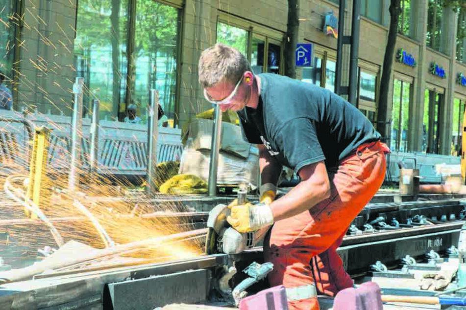 Einer der Arbeiter ist Manuel Schubert (28) von der Firma Goldschmied. Er  schleift an einem Schienenprofil.