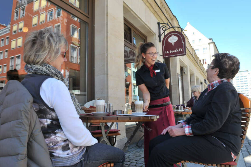 """La-Bouchée-Restaurantleiterin Linette Thiele (29) bedient im Freisitz. Chef  Thomas Schulze (47) sieht die """"Nette Toilette"""" skeptisch."""