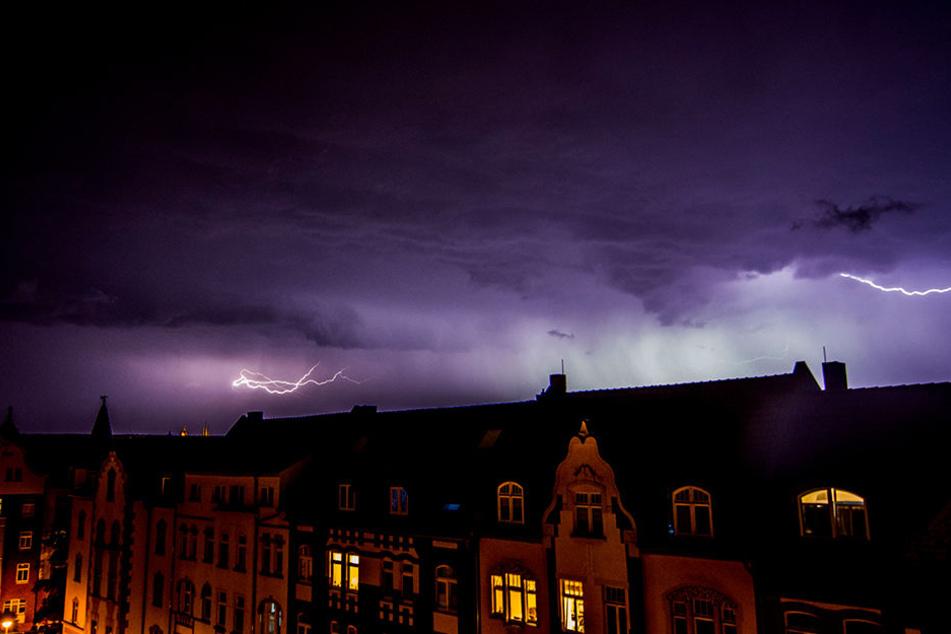Die schweren Unwetter hielten sich in Grenzen. In Erfurt brannte ein Baum durch einen Blitzeinschlag.