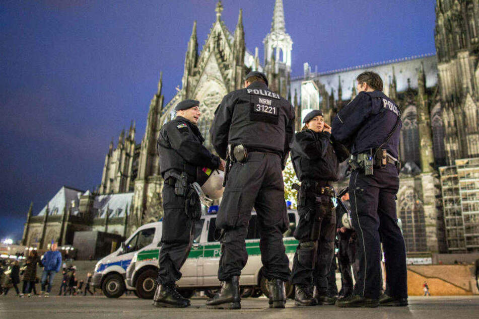Viel Mühe hatten Kölner Polizisten am frühen Sonntagmorgen mit drei Besuchern aus Heinsberg (Symbolbild)