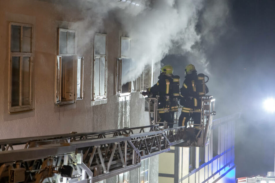 Beim Feuerwehreinsatz musste eine Drehleiter um Einsatz kommen.