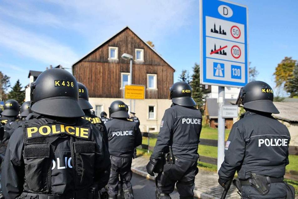 Tschechische Polizisten an der deutschen Grenze in Deutschneundorf (Archivfoto).