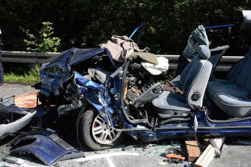 Der Rentner wurde durch die Wucht des Aufpralls in seinem Auto eingeklemmt.