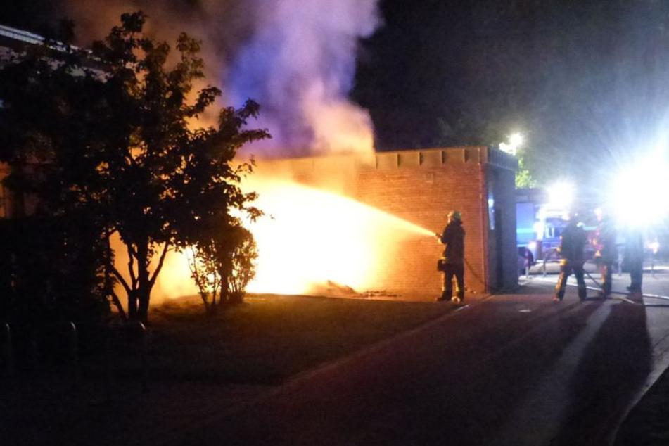 Der Container vor der Grundschule brannte lichterloh.