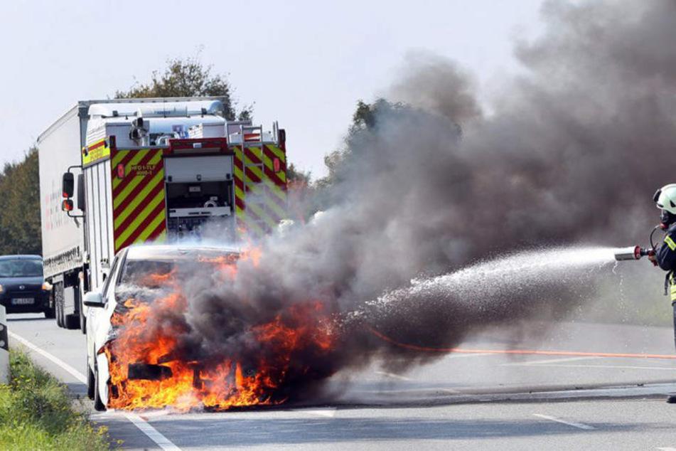 Das E-Auto ging während der Fahrt einfach in Flammen auf.