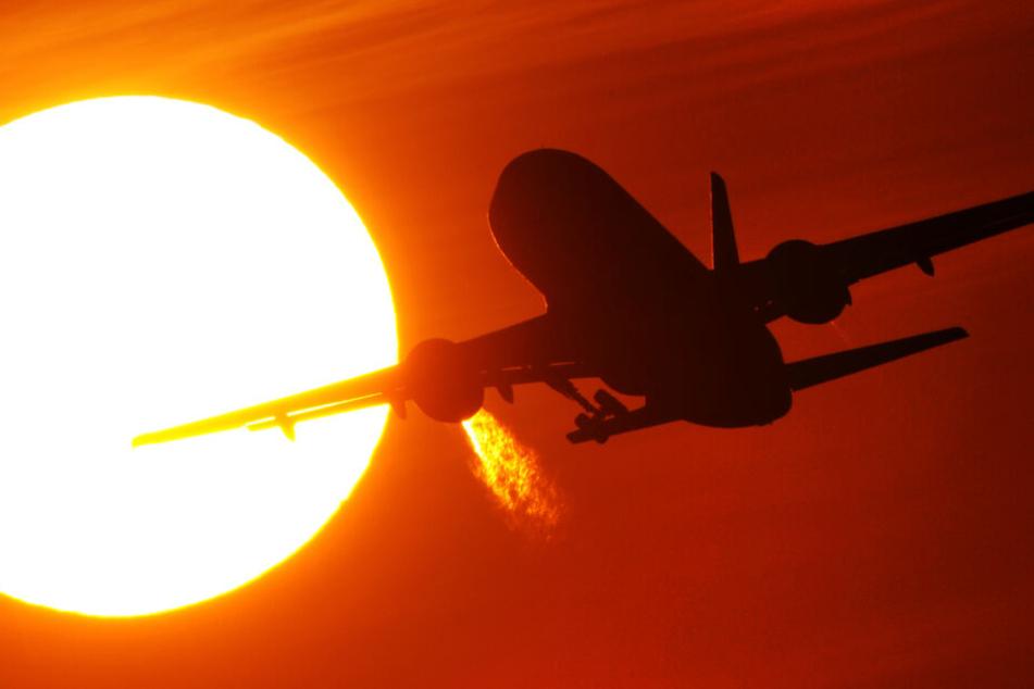 Frau macht Scherz am Flughafen: Flieger hebt ohne sie ab