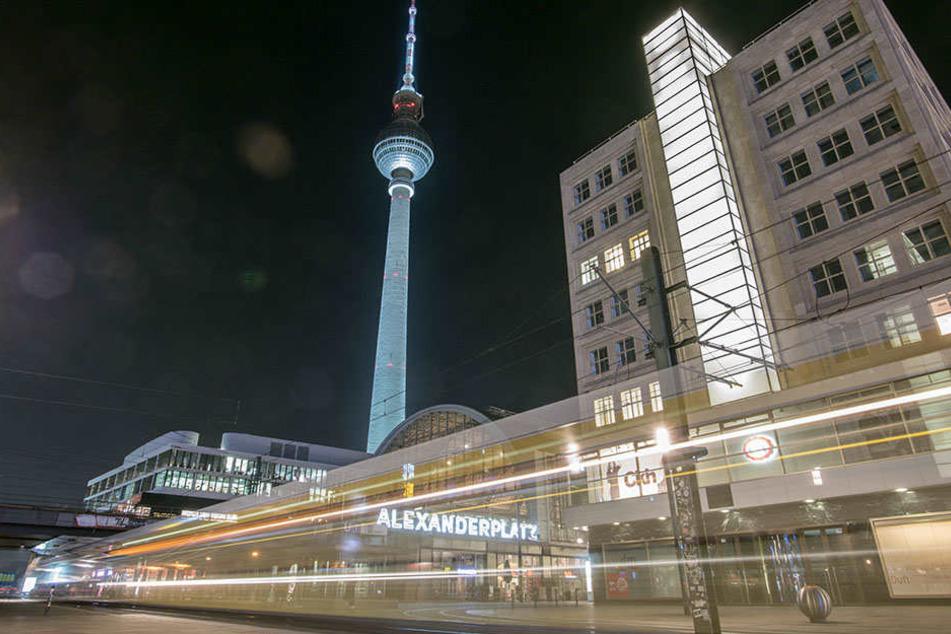 Am Alexanderplatz hat sich ein Mann durch einen Treppensturz schwer verletzt.