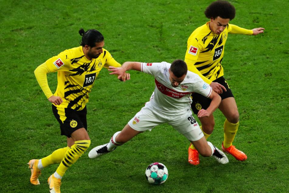 Das Hinspiel endete deutlich mit 5:1 für den VfB. Hier im Sandwich der Dortmunder Emre Can (l., 27) und Axel Witsel (r., 32): VfB-Mittelfeldmann Philipp Förster (26).