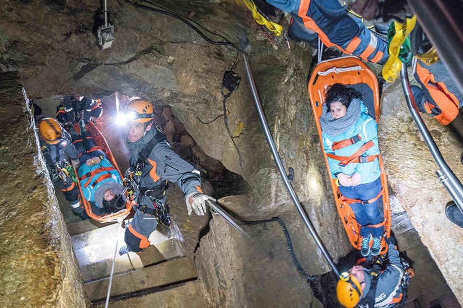 In nur 35 Minuten holten die Retter bei der Übung die Frau aus der Tropfsteinhöhle.