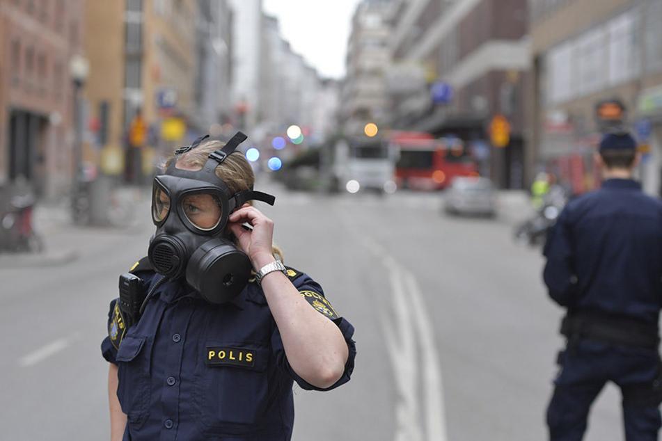 Ein Kleinlaster ist Medienberichten zufolge in der Stockholmer Königinstraße in eine Menschenmenge und dann in ein Kaufhaus gerast.