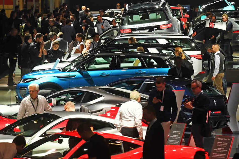 Besucher drängen sich auf der IAA um die ausgestellten Autos.