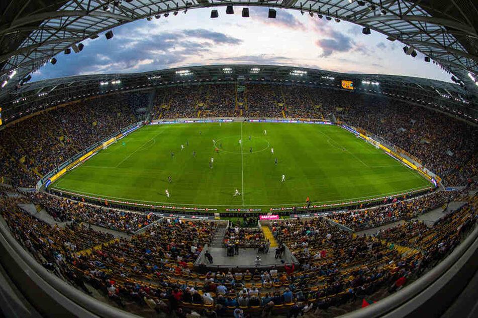 Das Rudolf-Harbig-Stadion war fast ausverkauft. Lediglich der Gästeblock blieb recht leer. Die Dynamo-Anhänger sahen dafür einen echten Leckerbissen.