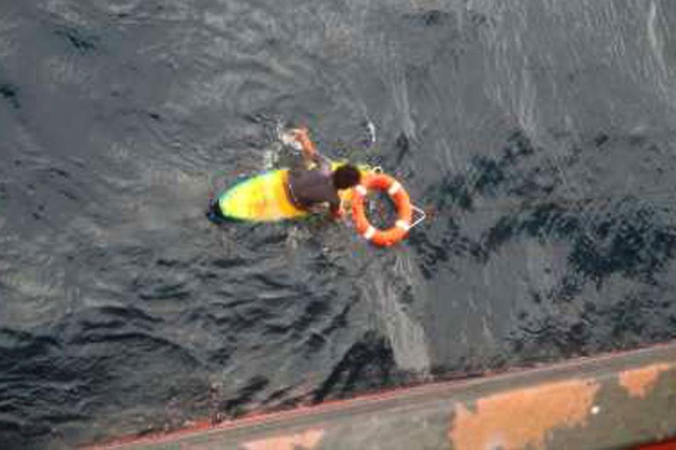Vor der australischen Küste wurde ein Mann gerettet. Er war mit seinem Surfbrett abgetrieben.