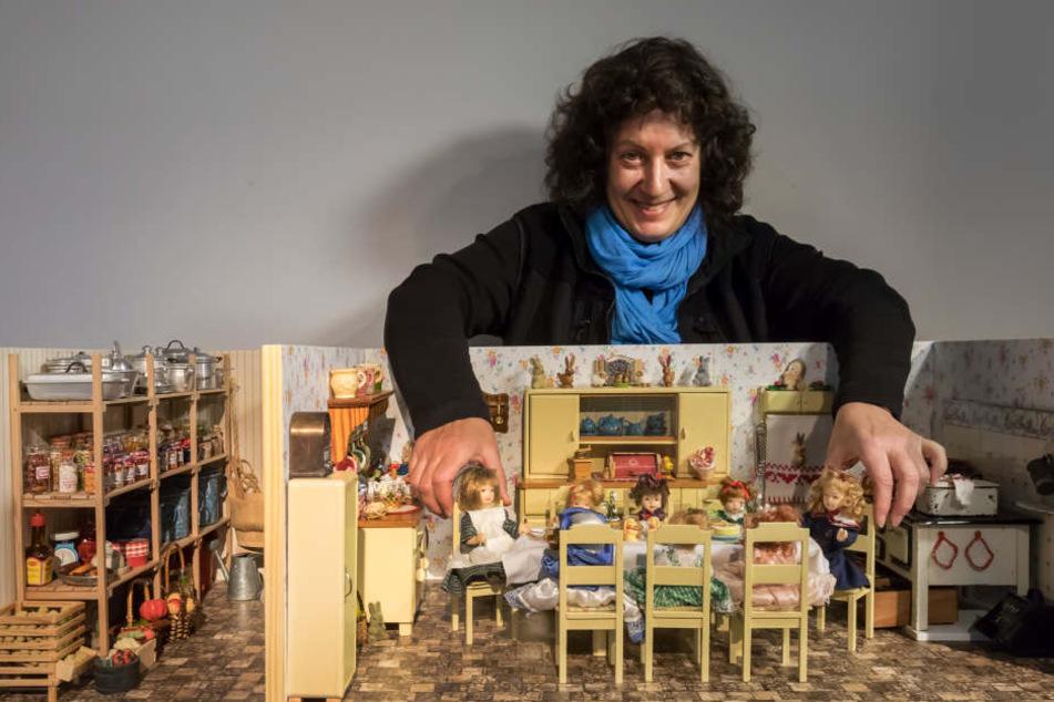 """Stühlerücken in der Puppenküche: Sammlerin Karin Neubauer (59) beim Aufbau ihrer Ausstellung """"Miniaturen"""" im Oederaner Museum """"Die Weberei""""."""