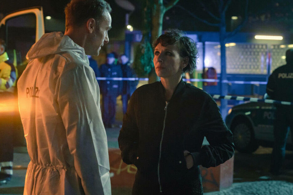 """Die in Tränen aufgelöste Nina Rubin (Meret Becker) kann gerade ihrem Kollegen Robert Karow (Mark Waschke) nicht bei der Tatortbegehung zur Seite stehen, schließlich wurde auf ihren Sohn geschossen - eine Szene aus """"Der gute Weg""""."""