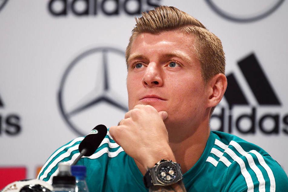 Toni Kroos kann die Kritik an Özil und Gündogan nachvollziehen, weist aber auf den Zwiespalt der Pfiffe hin.