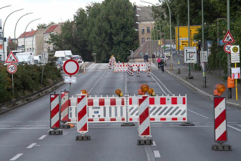 Absperrgitter Ende August auf der Zufahrt zur Elsenbrücke.