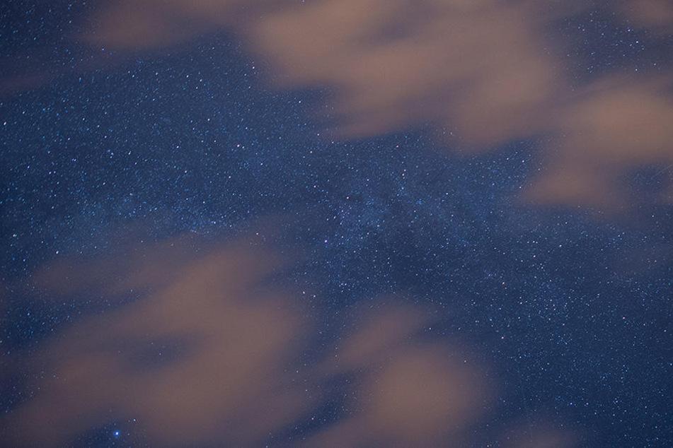 Wolken ziehen vor dem Nachthimmel über dem Landkreis Oder-Spree nahe Sieversdorf (Brandenburg) hinweg.