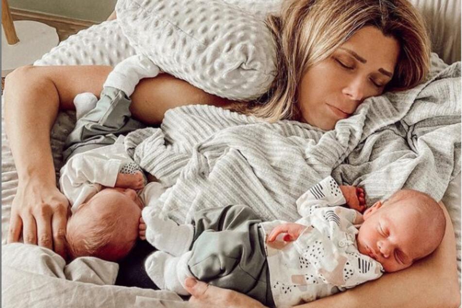 Anstrengende erste Wochen als Dreifach-Mama: Die ehemalige AWZ-Darstellerin schläft eine kleine Runde mit ihren Zwillingen.