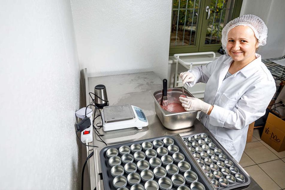 """Mitarbeiterin Susan Dürrschmidt (33) füllt im hinteren Teil des Geschäfts die eigenen Produkte von """"Lipfein"""" per Hand ab."""