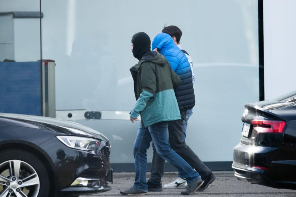 Karlsruhe am Samstag: Ein Mann wird zum Bundesgerichtshof gebracht.