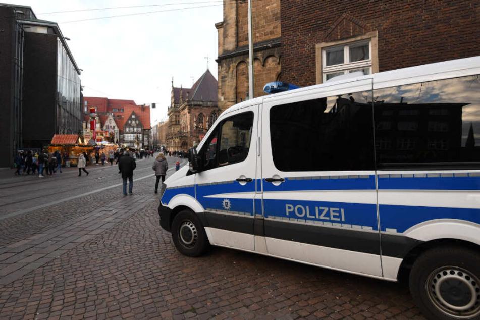 Ein Polizeiauto steht in der Bremer Innenstadt. (Symbolbild)