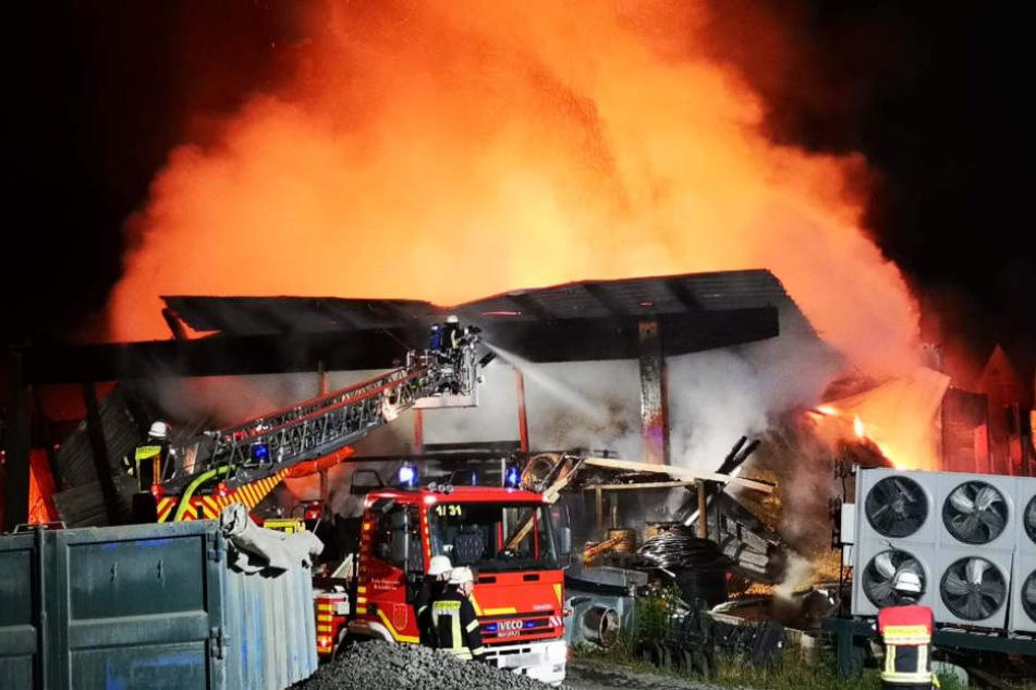 Das Feuer verschlang dazu noch mehrere Fahrzeuge.