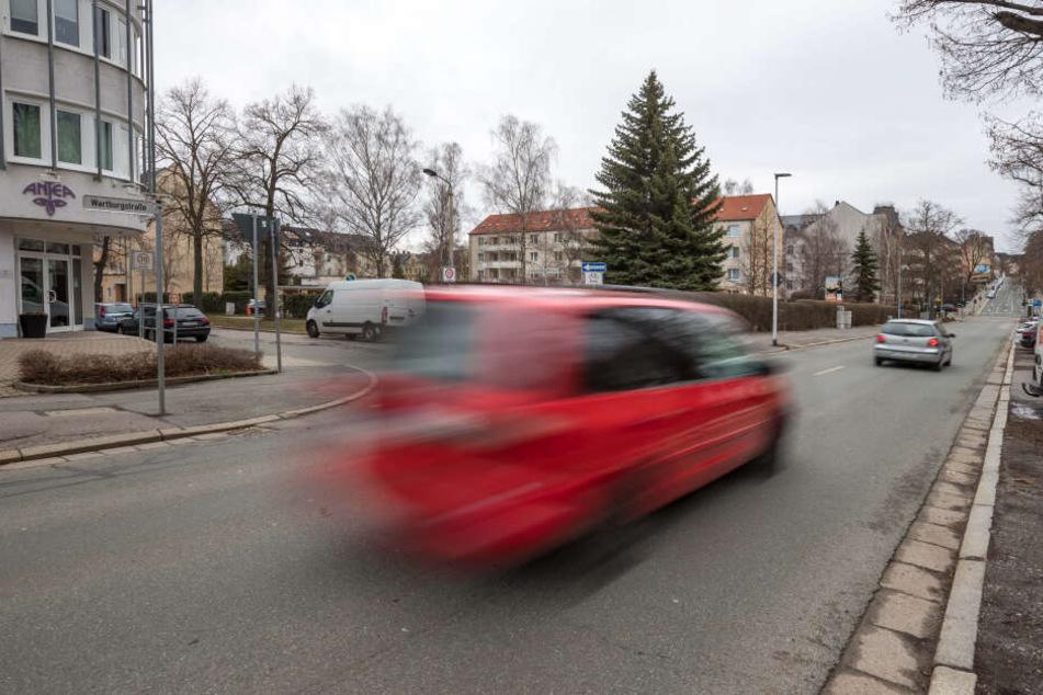 Rasant unterwegs: Hier an der Wartburgstraße kommt es immer wieder zu gefährlichen Situationen für Schulkinder.